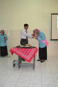 Pemotongan Tumpeng oleh Bp. Sutrisno, Ketua Prodi Kebidanan FK UNS